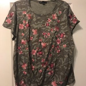 Floral T-shirt with gather at the bottom